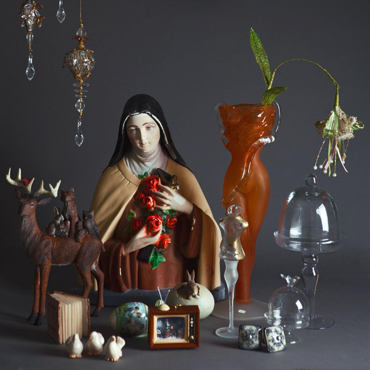 galerie-katinka-stilleven-moeder-theresia-kerstbal-kerstornament-deurknop-kerstmis-christmas